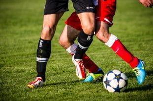 Fußballspieler in einem Zweikampf um den Ball