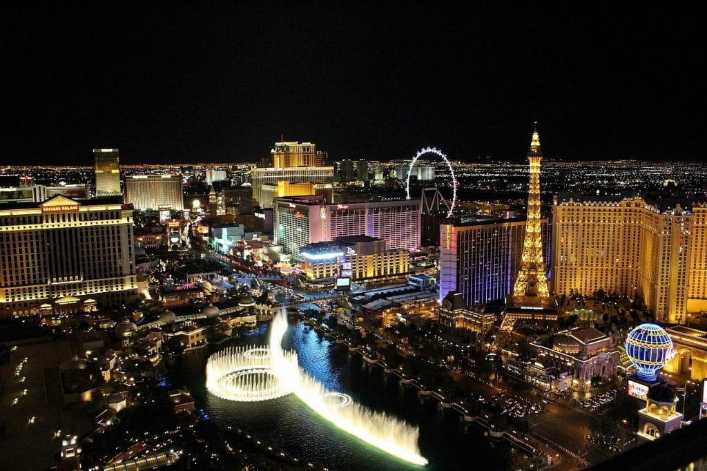 Die Stadt Las Vegas von oben bei Nacht.