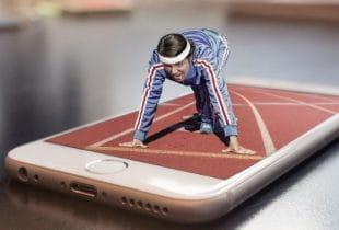 Athletin auf Smartphone im Lauf-Dress.