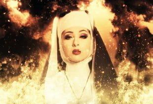 Eine Nonne, die von Feuer umgeben ist.