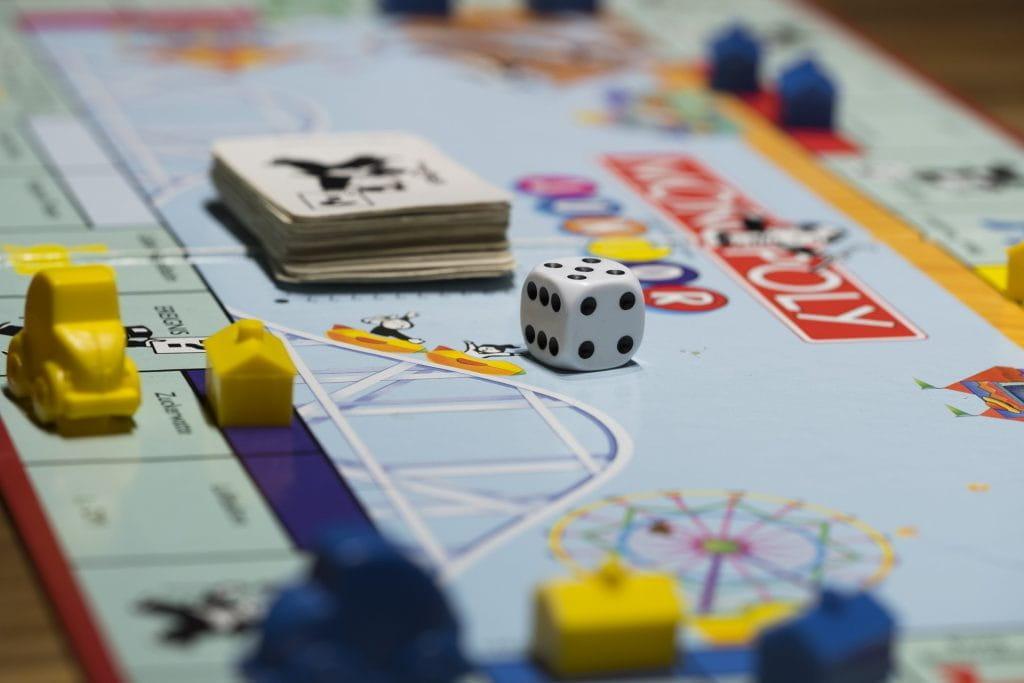 Das Brettspiel Monopoly mit Würfel, Figuren, Häusern und Hotels.