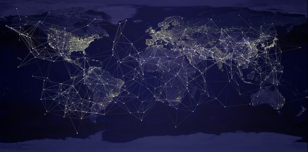 Blau-graue Weltkarte mit vernetzten Punkten.