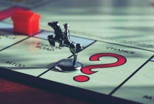 Die Spielfigur des Pferdes mit Reiter beim Brettspiel Monopoly.