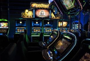 Bunt leuchtende Automaten im Merkur-Casino Sachsen-Anhalt.