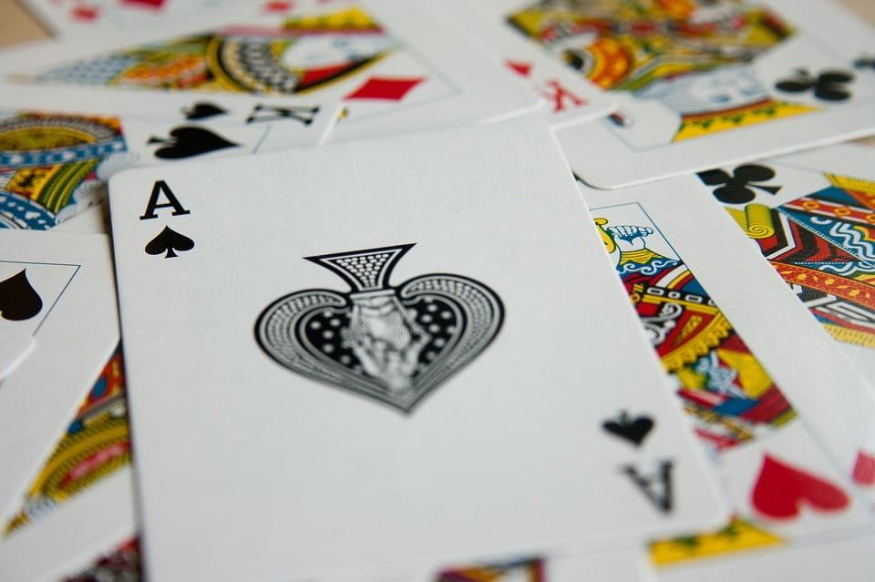 Mehrere Spielkarten liegen gestapelt übereinander.
