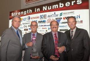 Vertreter von Association of Gaming Equipment Manufacturers bei Preisverleihung