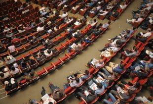 Konferenz von Ministern im Hörsaal
