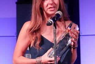 Anna Konnikova bei Preisübergabe am Mikrofon