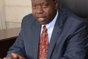 Der Kabinettsekretär des Innenministeriums in Kenia, Fred Matiang'i, am Bürotisch im Interview