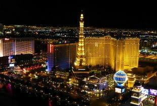 Das Mandalay Bay Hotel bei Nacht auf dem Las Vegas Strip