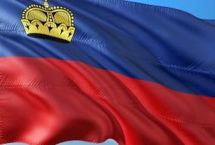 Flagge von Liechtenstein im Wind.