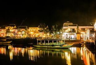 Eine Hafenstadt mit vielen Lichtern bei Nacht in Vietnam.