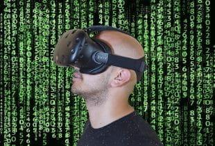 Mann mit Virtual-Reality-Brille vor Hintergrund mit binärem Code