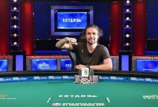 Der Gewinner vom 50.000 US-Dollar High Roller Event der WSOP 2019 Bean Heath mit seinem Gewinn und dem Bracelet am Pokertisch.