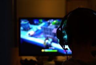 Videospieler mit Headset.
