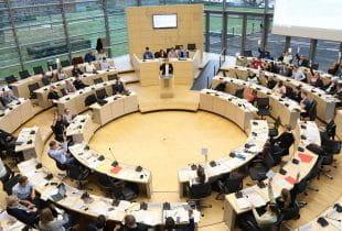Im Plenarsaal des Landtages in Kiel wird eine Diskussion geführt