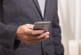 Mann spielt auf Smartphone im Online-Casino.