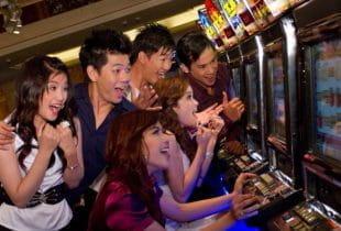 Asiatische Besucher spielen im Casino im NagaWorld-Resort.