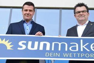 Ein Verantwortlicher von Sunmaker und vom SC Paderborn 09 halten ein Schild von Sunmaker in den Händen.