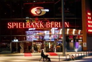 Der Haupteingang der Spielbank Berlin am Marlene-Dietrich-Platz