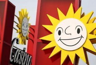 Die weltbekannte Merkur-Sonne an der Außenfassade eines Merkur-Casinos.