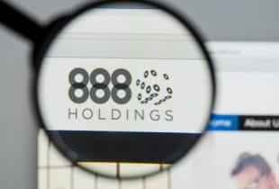 Das Firmenlogo von 888 Holdings unter einer Lupe.