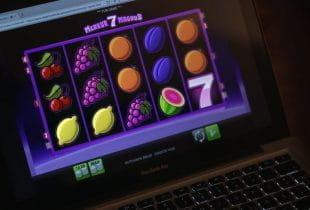 Ein Laptop auf dem ein Spiel eines Online-Casinos geöffnet ist.