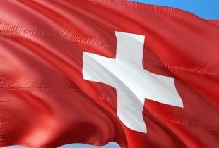 Eine Flagge der Schweiz weht im Wind.