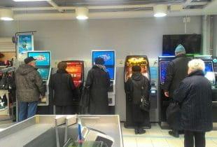 Glücksspielautomaten in einem Supermarkt in Finnland.