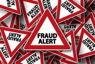 Wild durcheinandergewürfelte Schilder mit der Aufschrift Fraud Alert.