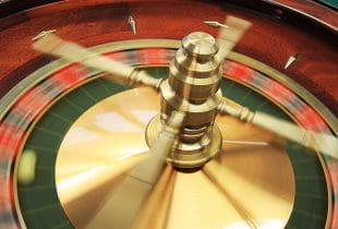Ein Roulette-Kessel, der sich dreht.