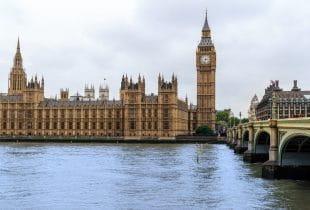 Westminster Palace und Big Ben von außen.