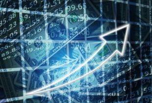 Ansteigender Pfeil mit Gitternetzlinien, Dollarscheinen und Zahlen im Hintergrund.