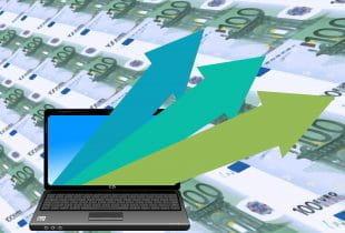Drei aufsteigende Pfeile kommen aus einem Laptop vor einem Hintergrund aus 100-Euro-Scheinen.