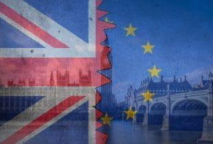 Britische und europäische Flagge transparent vor dem Westminster Palace.