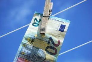 20-Euro-Schein hängt mit Wäscheklammer befestigt an Wäscheleine.