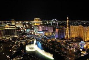 Las Vegas aus der Luft bei Nacht.