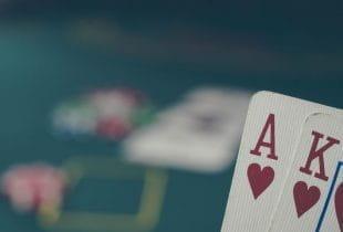 Ass-König als Herzblatt auf der Hand beim Pokerspiel.