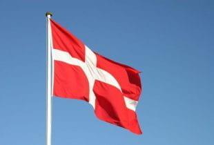 Dänische Flagge im Wind.