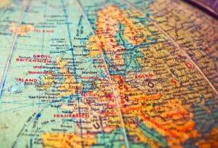 Teil eines Globus mit Fokus auf Europa.
