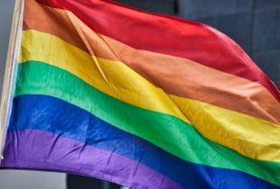 Regenbogenflagge der LGBT-Community weht im Wind.