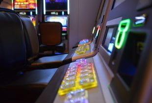 Nahaufnahme von Spielautomaten.