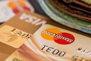 Gestapelte Kreditkarten; obenauf eine MasterCard.