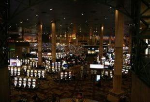 Zahlreiche Spielautomaten in einem Casino von Las Vegas.