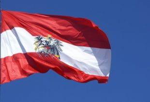 Die österreichische Flagge weht im Wind.