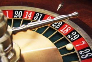 Der Kessel eines Roulettetisches mit der Spielkugel auf dem Feld 7.