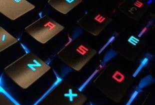 Eine bunt beleuchtete Gamer-Tastatur.