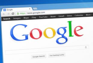 Startseite von Google.com auf Monitor eines Computers.