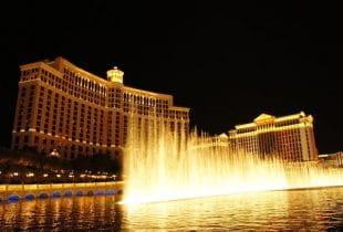 Das Bellagio Casino in Las Vegas bei Nacht während der berühmten Wassershow.