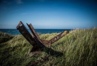 Verrostetes Überbleibsel einer alten Architektur auf der Insel Alderney.